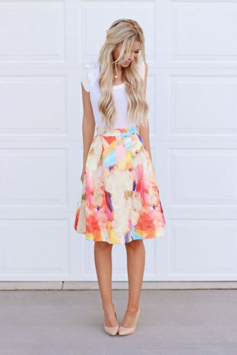 chica con falda a flores