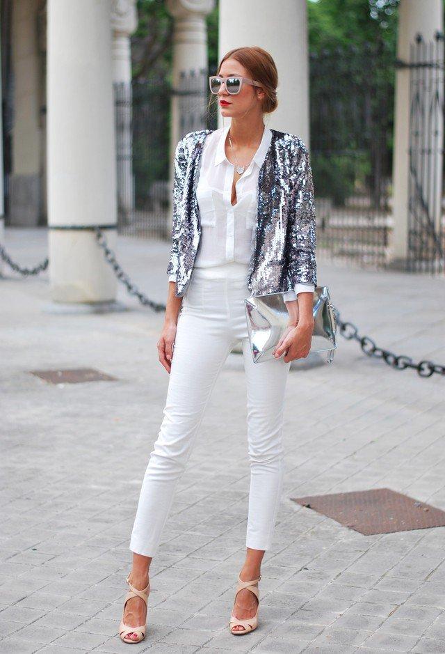 Chica usando un blazer de color plata