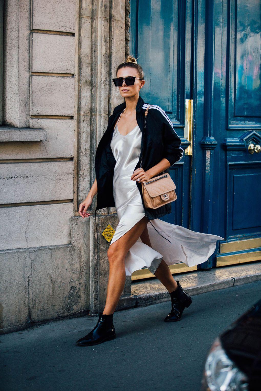 Chica usando un vestido de seda color plata