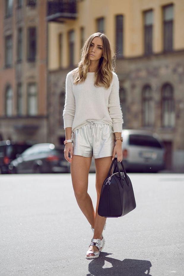 Chica usando un outfit en color plata
