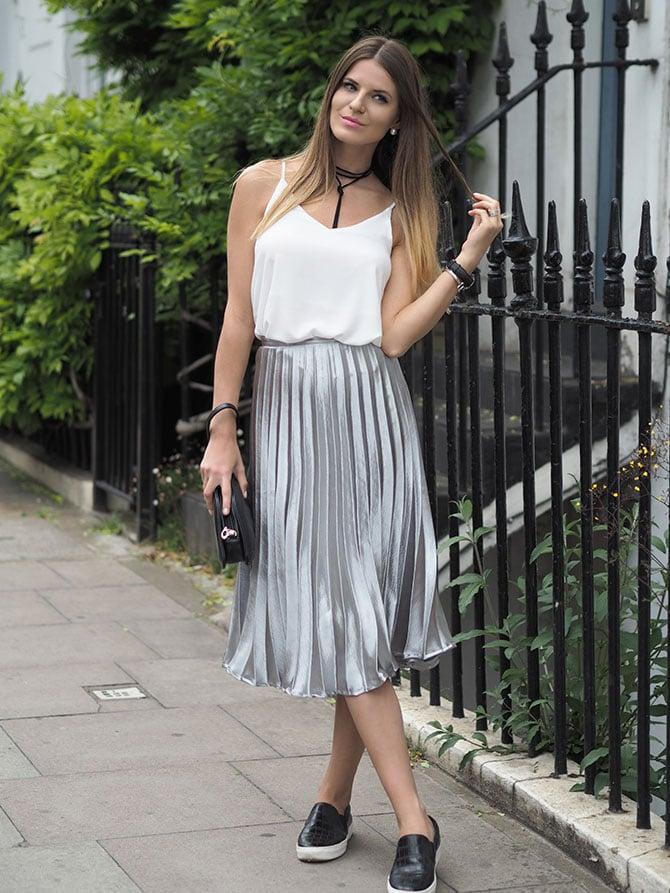 Chica usando una falda de color plata