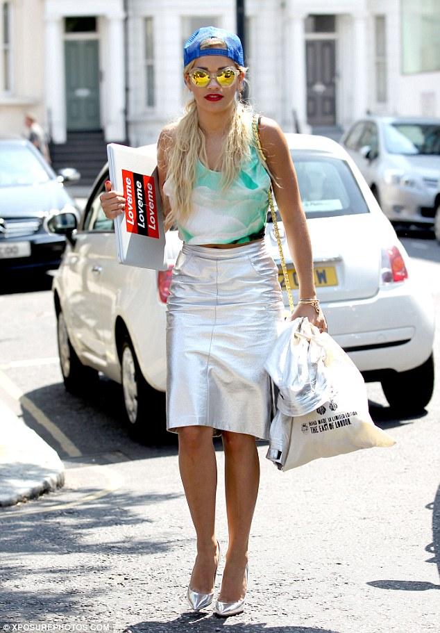 Chica usando una falda de color palta
