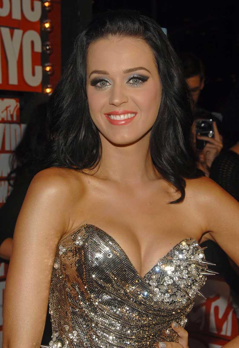 Katy Pery usando un maquillaje y un top color plata
