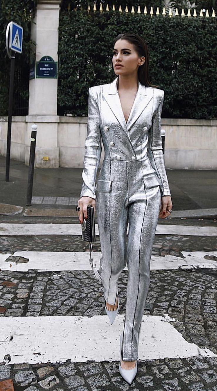 Chica usando un mono de color plata