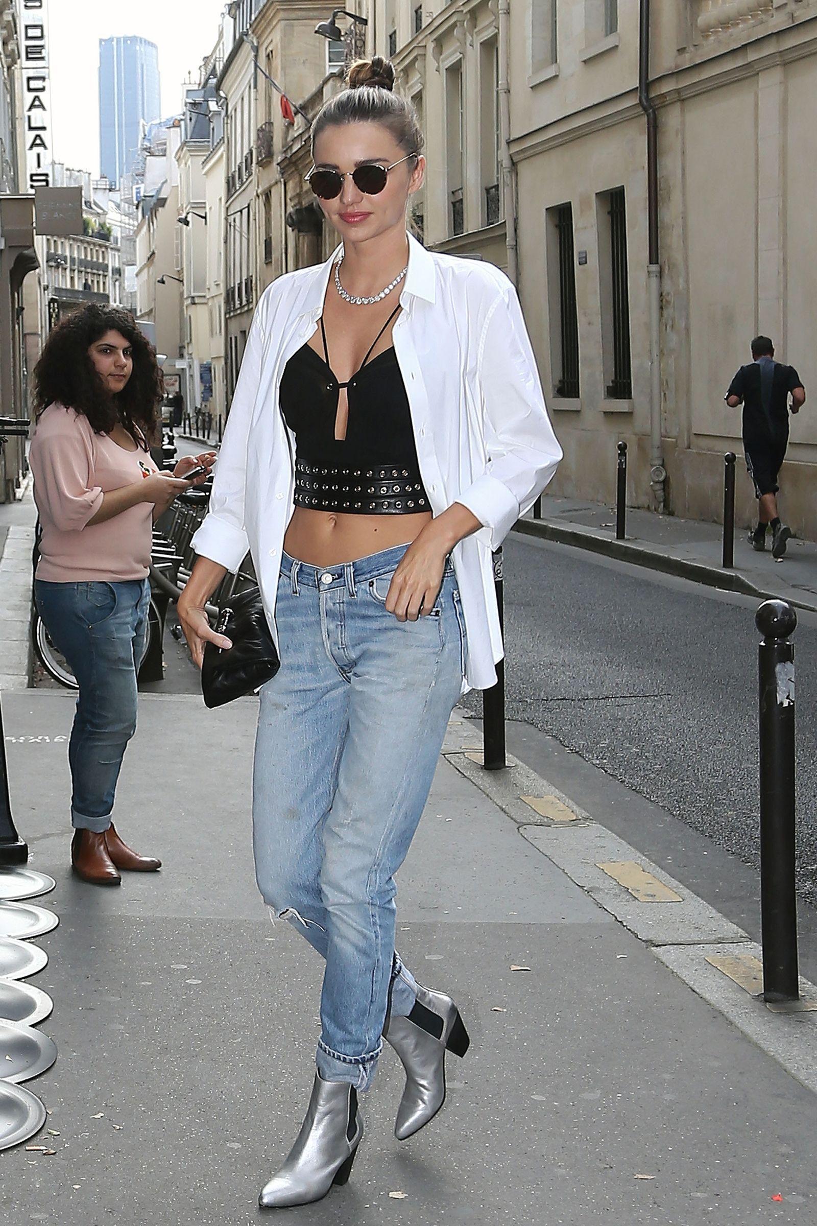 Chica usando unas botas de color plata