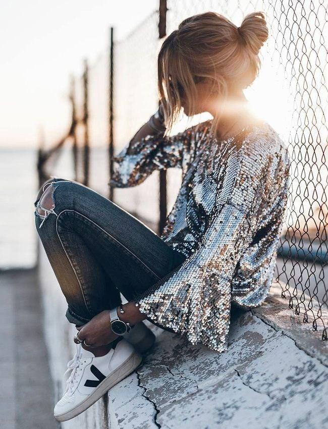 Chica usando una blusa de color plata