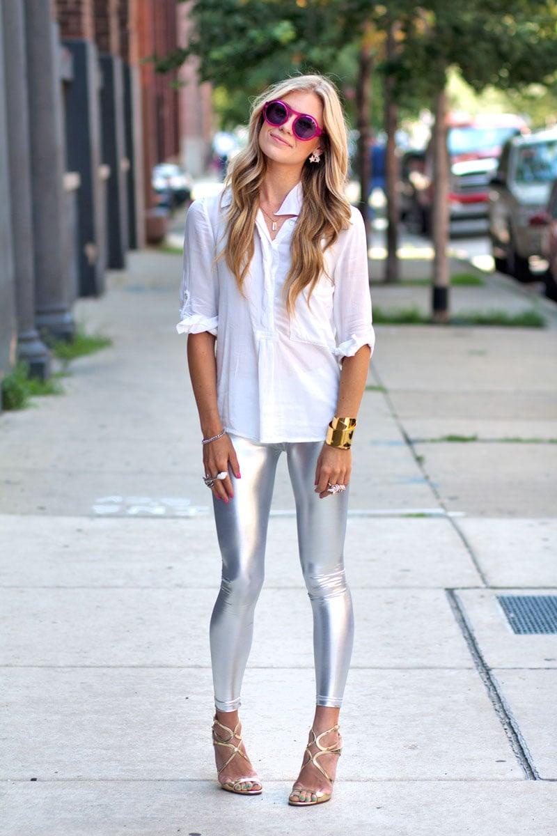 Chica usando unos leggings de color plata