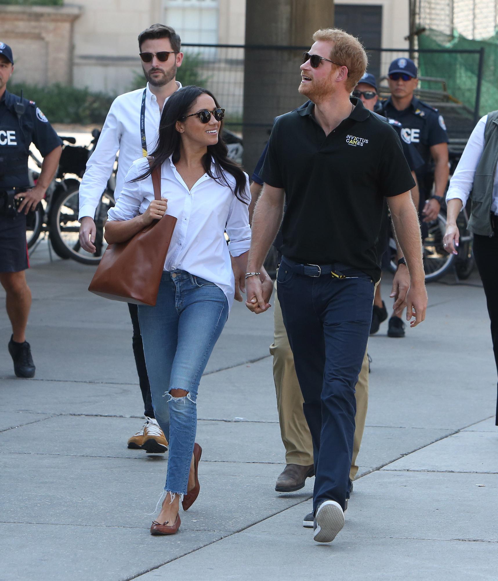 Meghan Markle y harry caminando tomados de las manos