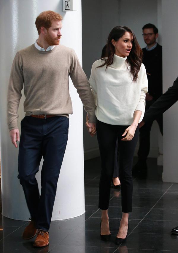 Meghan Markle y el principe Harry tomados de la mano