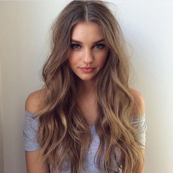 Chica con el cabello largo y de color miel