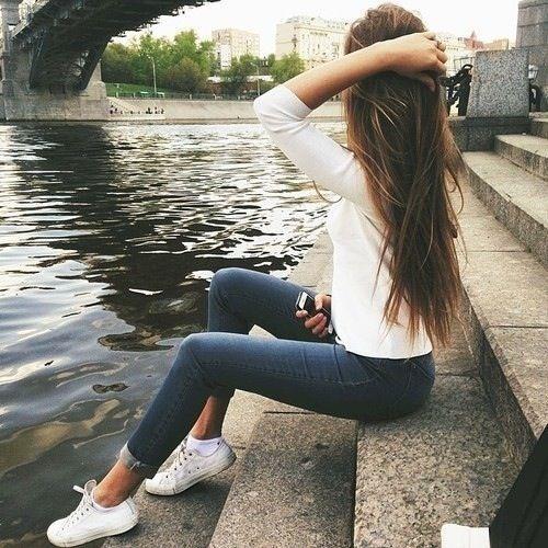 Chica con el cabello largo y de color castaño