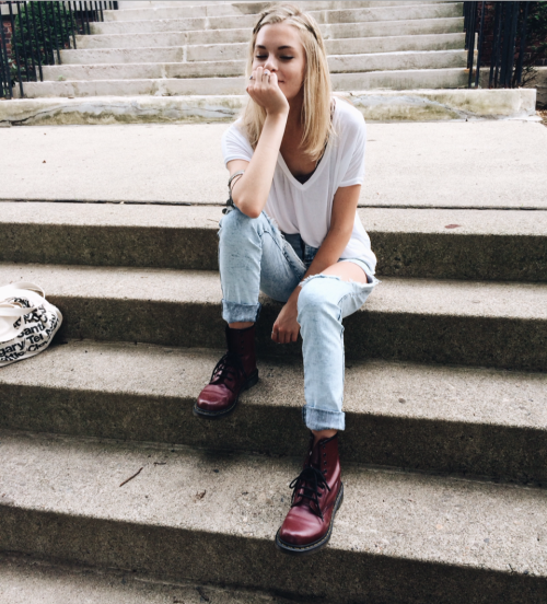chica en las escaleras