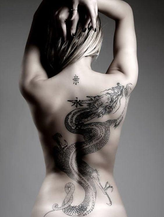 Chica con un tatuaje de dragon en la espalda