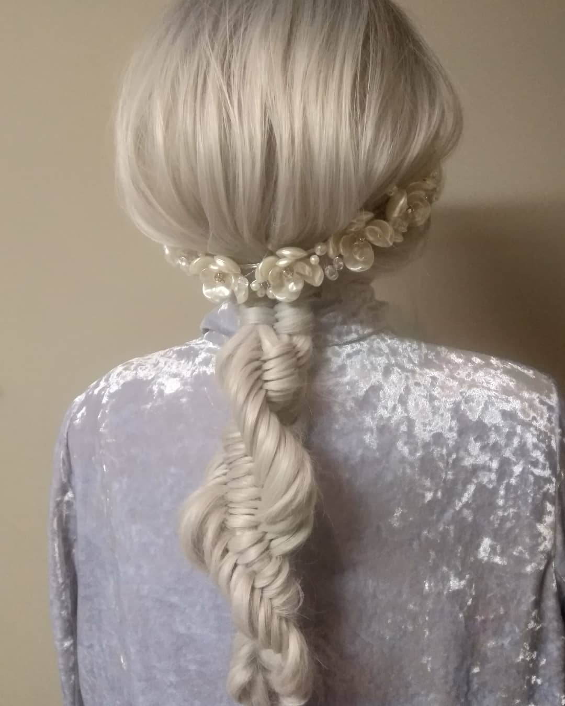 Chica con el cabello platinando usando una trenza de ADN