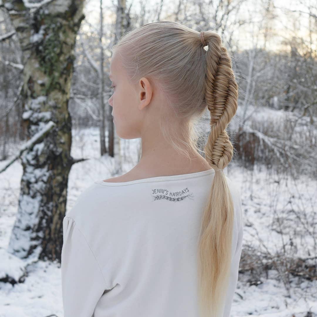 chica con un vestido blanco