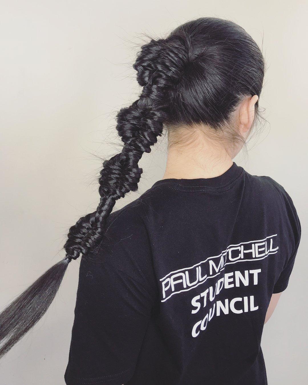 Chica de cabello negro con una trenza de ADN