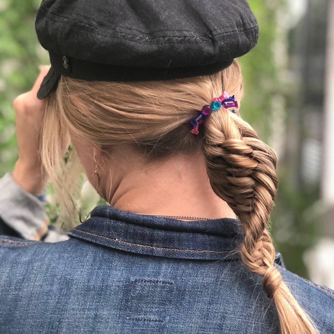 Chica con una trenza adn y una gorra