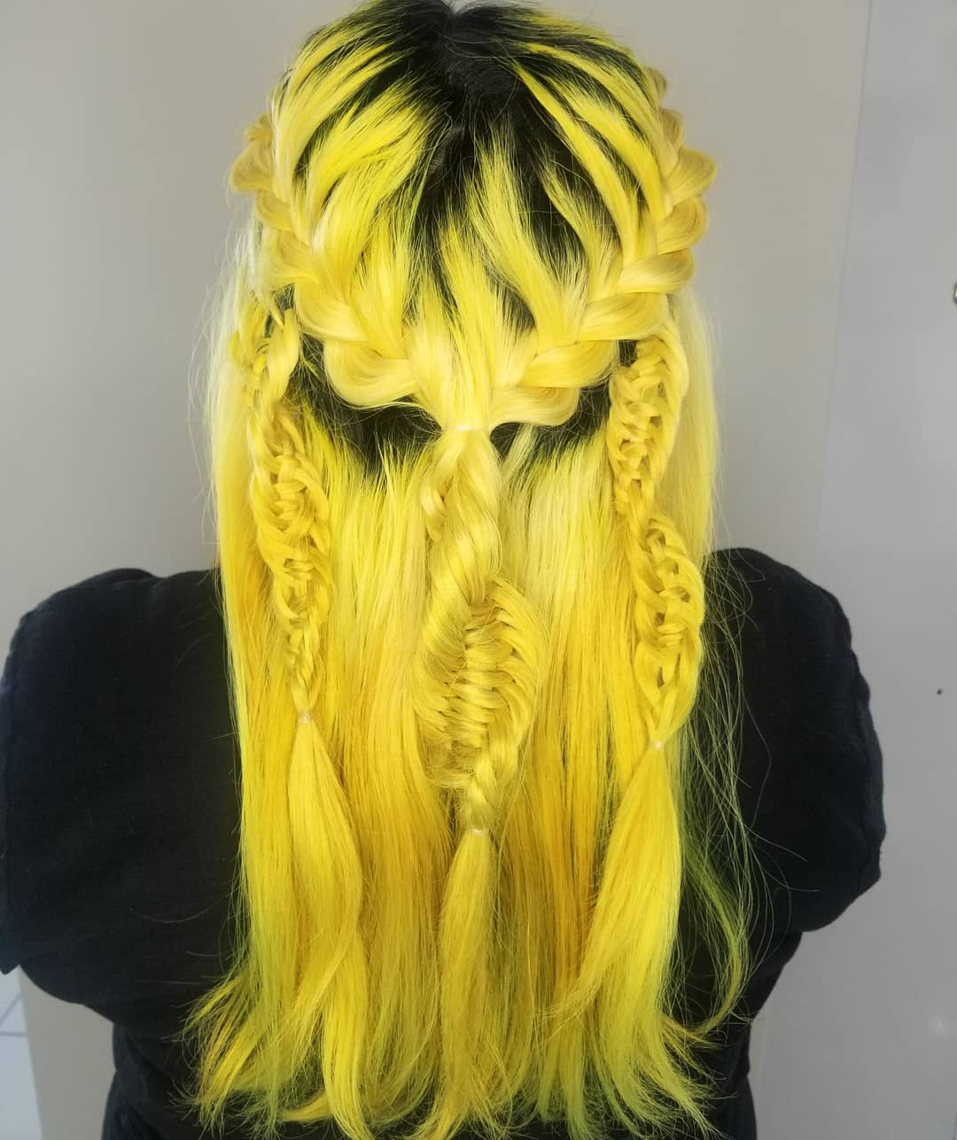Chica de cabello amarillo con una trenza ADN