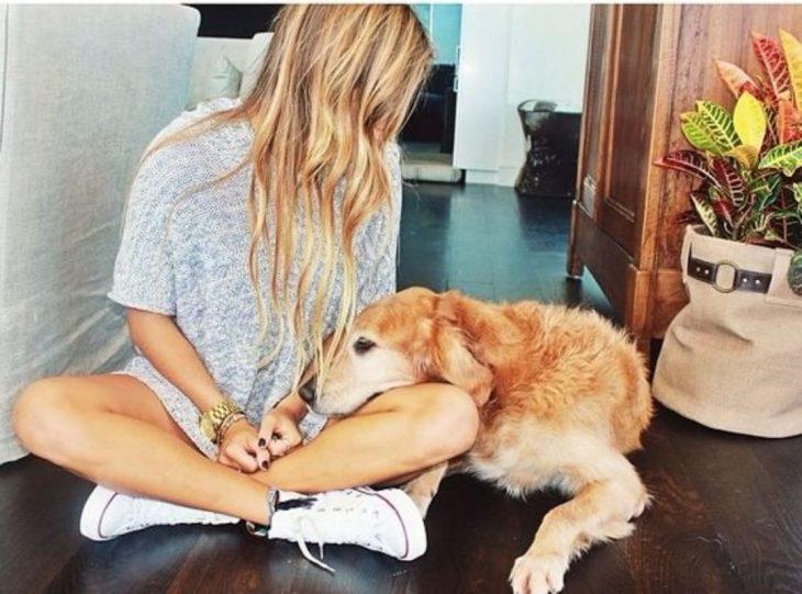 chica mirando a su perro