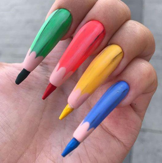 Uñas con lapices de colores