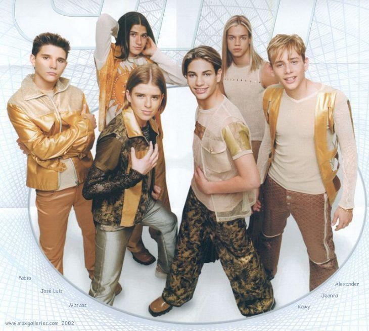 chicos con ropa de color dorado