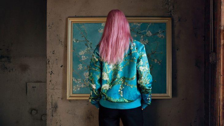 mujer con chamarra azul y cabello rosa