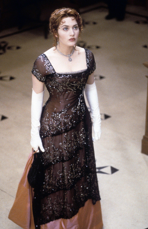Kate Windslet usando un vestido en la película titanic
