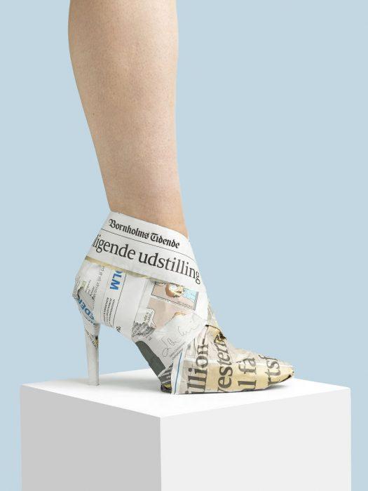 Zapatos creados con perodico