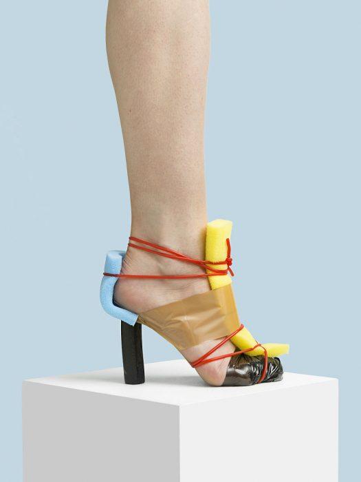 Zapatos creados con espojas y alambres