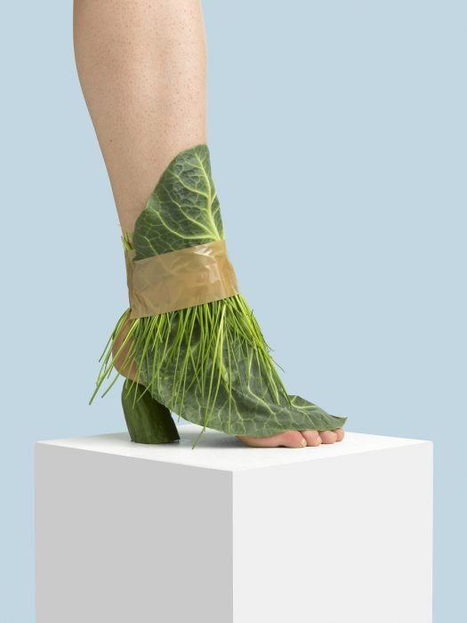 Zapatos creados con plantas y pasto