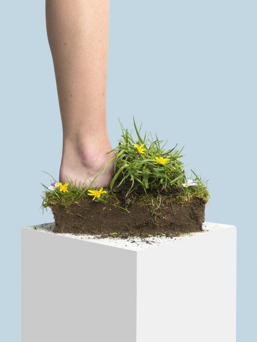 Zapatos creados con con un pedazo de tierra y plantas