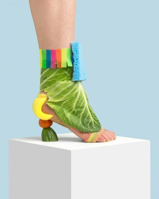 Zapatos creados con post-it, frutas y lechuga