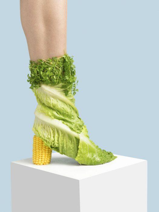 Zapatos creados con lechuga y elote