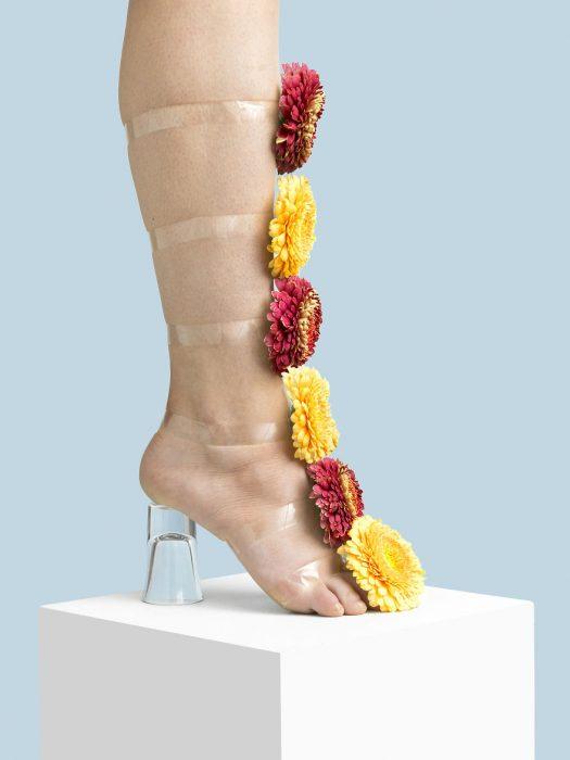 Zapatos creados con flores y cinta adhesiva