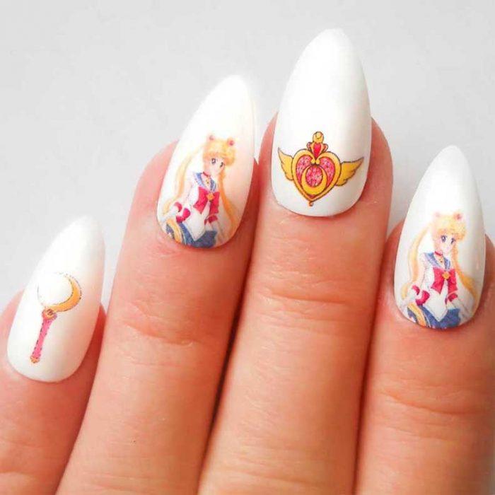 manos con uñas color blanco