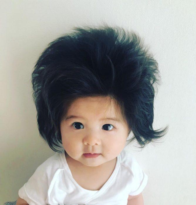 bebé con camisa blanca