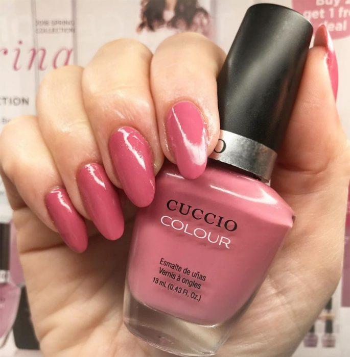 manos con esmalte rosa