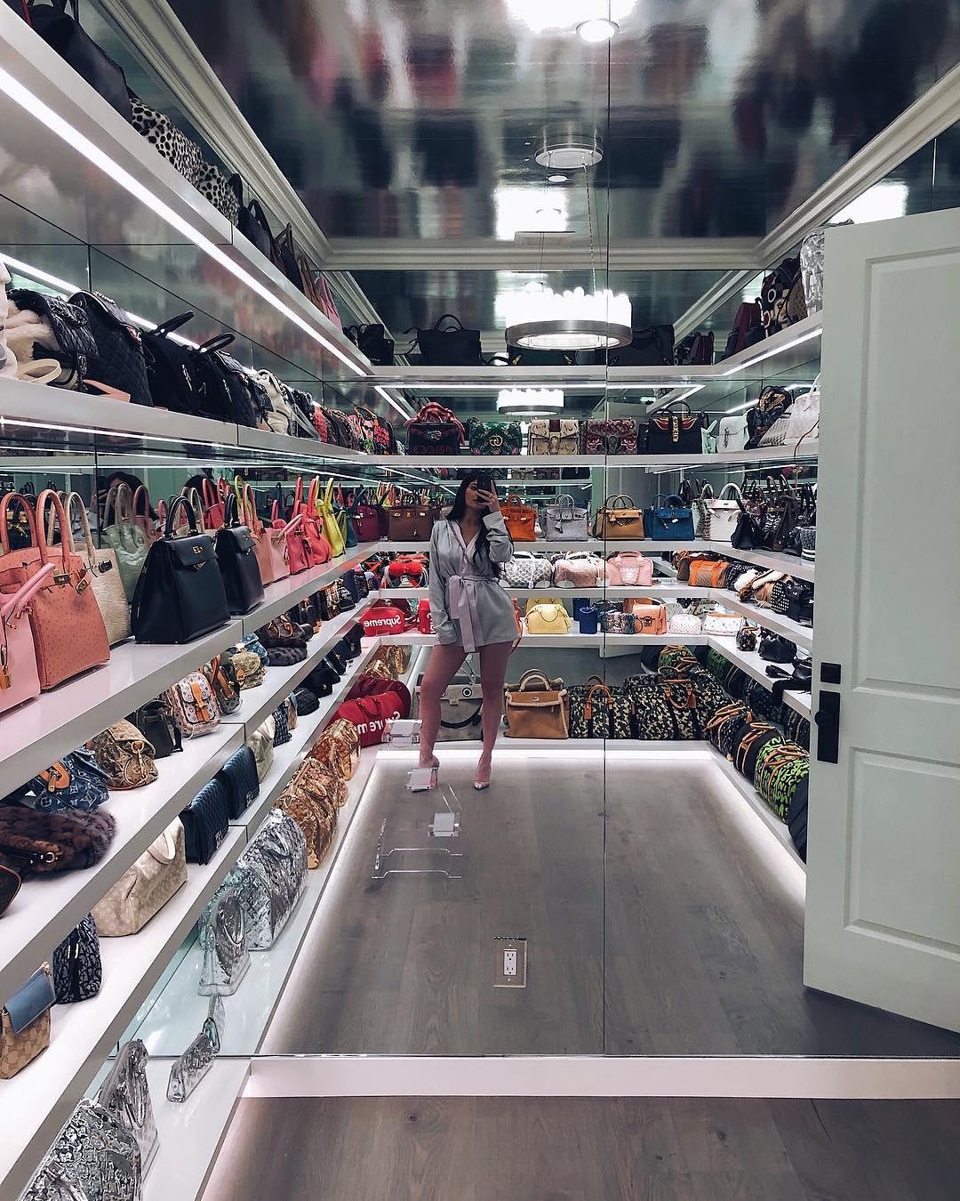 Kylie jenner en su armario de bolsos