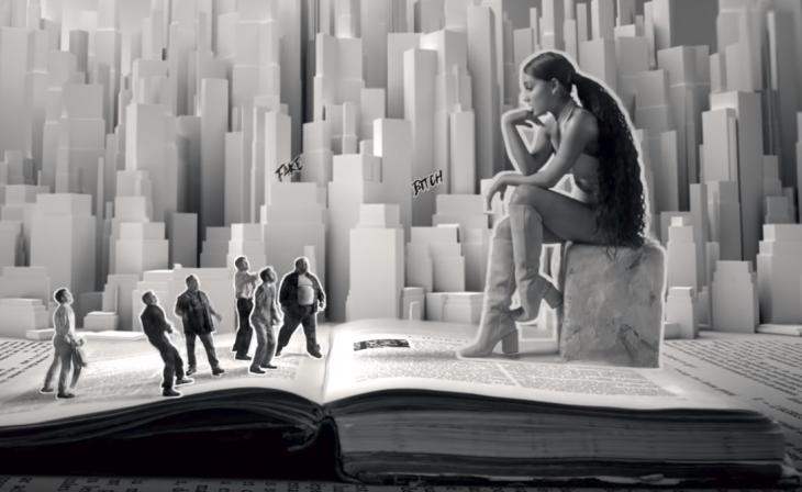 mujer sentada en un libro