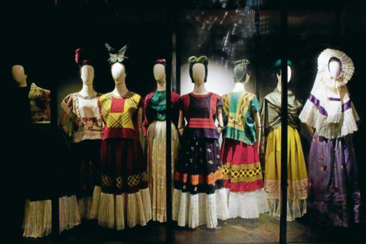 maniquíes de mujer con vestidos de colores