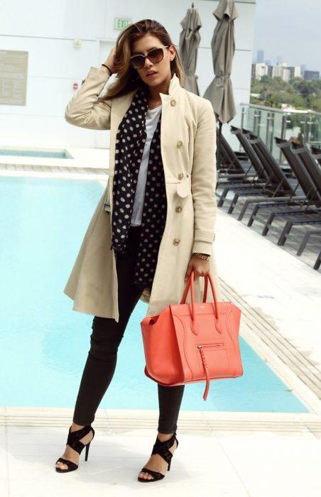 mujer con tacones cabardina y bolso rosa