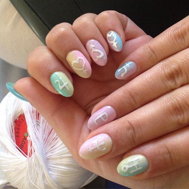 manos con uñas color rosa verde y amarillo