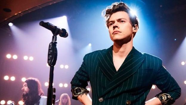 hombre y microfono en escenario