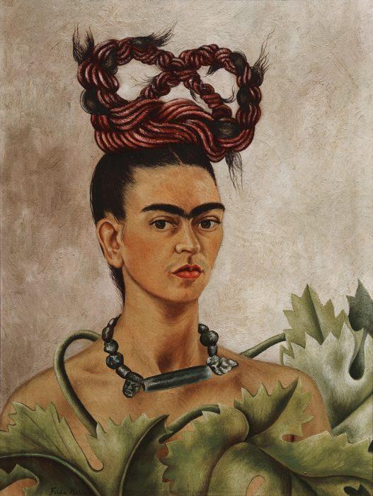 mujer con cabello enrededado cabeza
