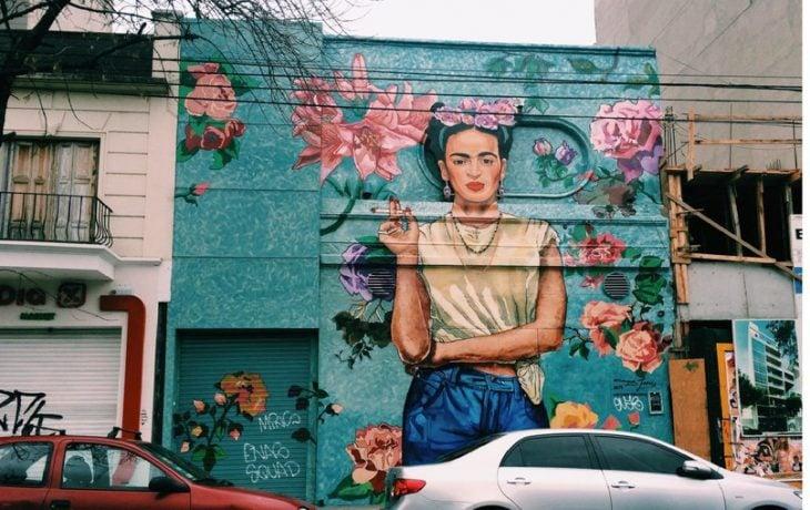 mujer con flores y chongo