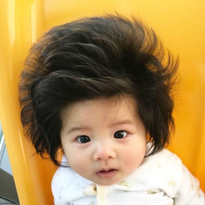 bebé con cabellera abundante