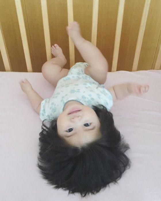 bebé de cabeza
