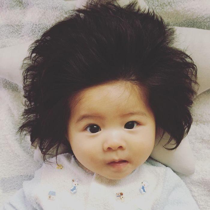 bebé con pijama blanca
