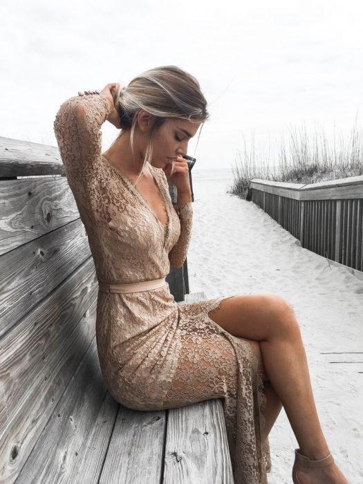 chica usando vestido con encaje