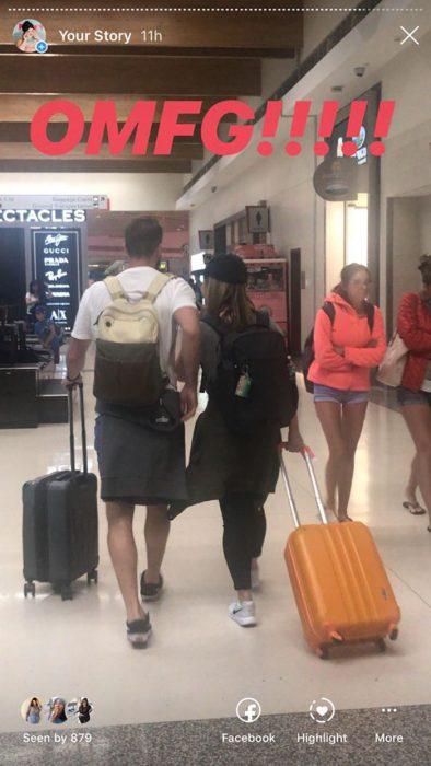 pareja con maletas saliendo